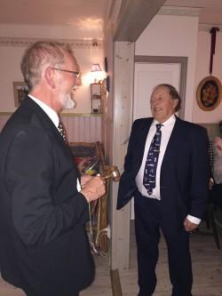 LP Bertil Eriksson t.v. överlämnar presidentskapet till Åke Jansson och med detta ordförandeklubban och presidentnål.